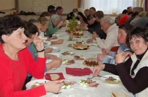 Spotkanie przy wspólnym stole wielkanocnym